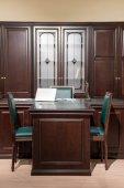 """Постер, картина, фотообои """"Интерьер комнаты офиса с кресла и столик в классический дизайн"""""""