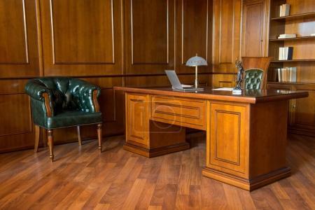 Photo pour Intérieur de la salle de bureau avec chaises et table en bois dans un design classique - image libre de droit