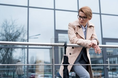 Photo pour Portrait de femme d'affaires réfléchie dans la position de la couche sur la rue - image libre de droit
