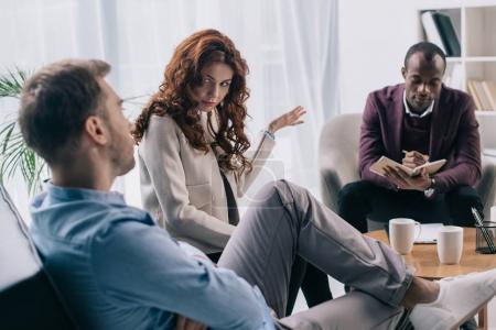 Psychiatre en manuel tout en couple qui divorce, faisant valoir au bureau