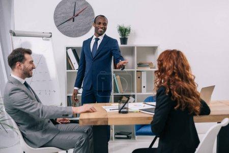 Photo pour Conseiller financier montrant la présentation aux clients de bureau moderne - image libre de droit