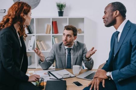 Photo pour Conseiller financier, discutant avec deux partenaires commerciaux - image libre de droit