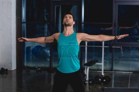 Photo pour Sportif étirements et exercices dans la salle de sport - image libre de droit