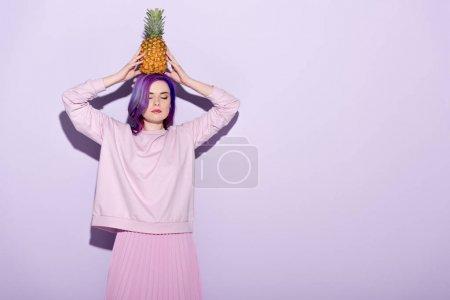 jeune femme séduisante de Sweat-shirt rose tenue d'ananas sur la tête
