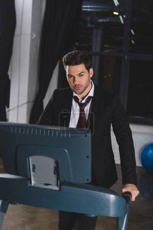 Photo pour Belle formation d'homme d'affaires sportif sur tapis roulant - image libre de droit