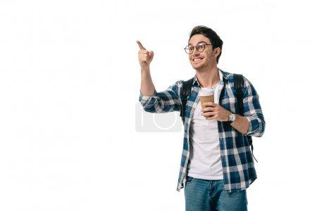 étudiants heureux holding café dans la tasse de papier et en pointant sur quelque chose isolé sur blanc
