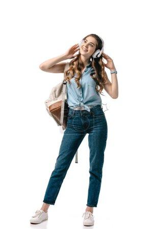 Photo pour Heureux belle élève écouter de la musique avec écouteurs isolés sur blanc - image libre de droit
