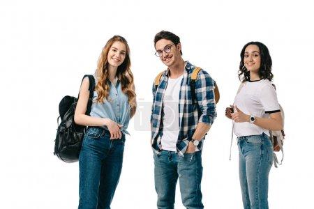 Photo pour Étudiants multiculturels souriants regardant la caméra isolée sur blanc - image libre de droit