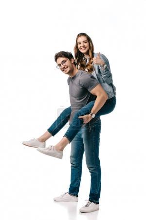petit ami donnant ferroutage à petite amie et elle montrant le pouce en haut isolé sur blanc