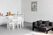 """Постер, картина, фотообои """"обеденный стол на кухне на современные апартаменты-студио"""""""