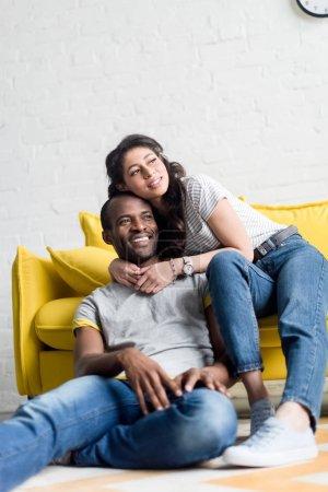 Photo pour Heureux couple afro-américain, passer du temps ensemble au salon - image libre de droit