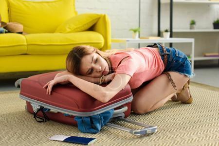 Photo pour Bouleversé fille couché sur sac de voyage avec billet avec passeport près - image libre de droit