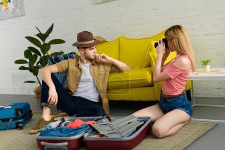 Foto de Foto de chica joven toma de novio con sombrero y maleta del embalaje - Imagen libre de derechos