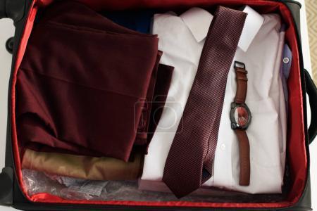 Photo pour Haut de la page Avis de valise avec costume, cravate et regarder pour voyage d'affaires - image libre de droit