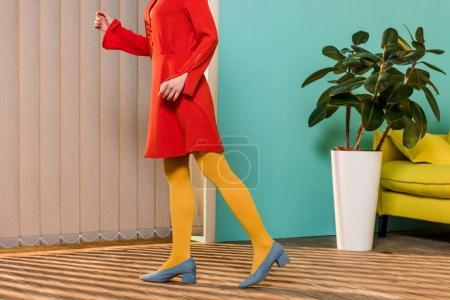 Photo pour Recadrée tir de femme dans les commandes de vêtements lumineux chambre colorée, concept de maison de poupée - image libre de droit