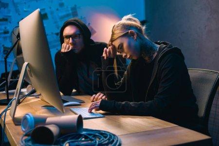 déprimé couple de pirates ayant des problèmes avec le développement de logiciels malveillants