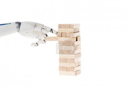 abgeschnittene Aufnahme eines Roboters, der Blöcke demontiert, Turm isoliert auf Weiß