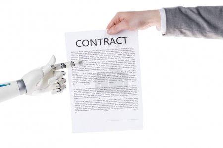 Photo pour Photo recadrée de robot pointant à business contrat en main de l'homme d'affaires isolé sur blanc - image libre de droit