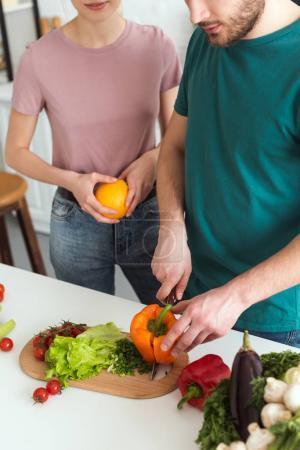 Cropped image de légumes coupe boyfriend pour salade végétalienne à cuisine