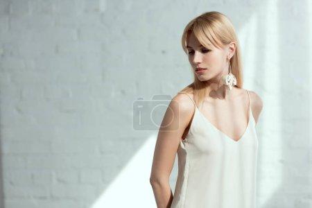 belle femme en robe avec boucle d'oreille fait de champignons, concept de mode de vie végétalien