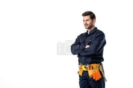 Photo pour Vue latérale du plombier en uniforme avec bras croisés isolé sur blanc - image libre de droit