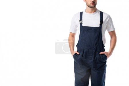 Photo pour Vue partielle de l'aspirateur en uniforme avec les mains dans les poches isolés sur blanc - image libre de droit