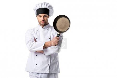 Photo pour Portrait de jeune chef en uniforme avec poêle isolée sur blanc - image libre de droit