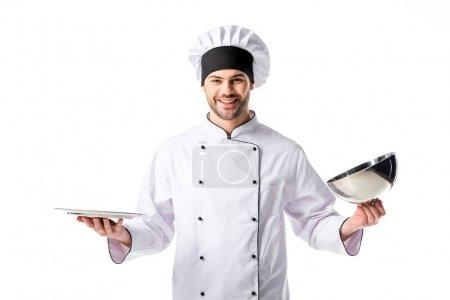Porträt eines lächelnden Kochs mit leerem Tablett auf weißem Hintergrund