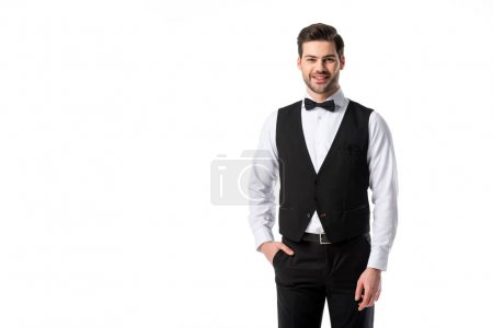 Porträt eines lächelnden gutaussehenden Kellners in Anzughose mit Fliege auf weißem Grund