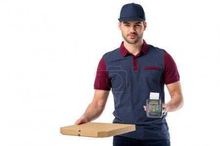 Photo pour Livreur avec boîte à pizza en carton et lecteur de clés en carton dans les mains isolées sur blanc - image libre de droit