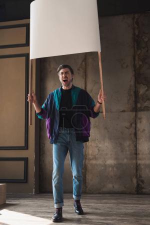 Photo pour Jeune homme en colère criant dans windcheater vintage avec plaque vierge - image libre de droit