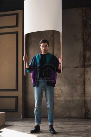 Photo pour Jeune homme élégant windcheater vintage avec plaque vierge - image libre de droit