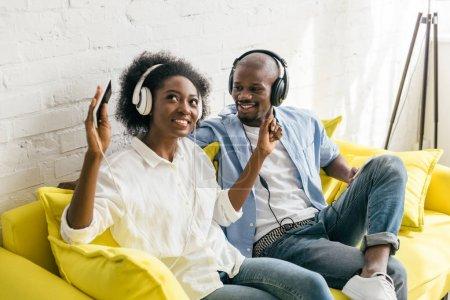 musique afro-américaine d'écoute au casque tout en reposant sur le sofa à la maison