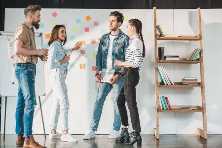 Foto de Personas de negocios exitosos discutir ideas de pizarra con notas adhesivas en oficina luz moderna - Imagen libre de derechos