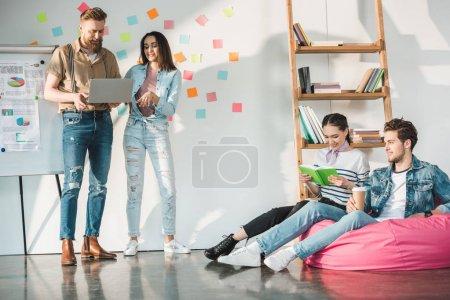 Photo pour Entreprise professionnelle collègues hommes et femmes dans un bureau moderne avec tableau blanc - image libre de droit