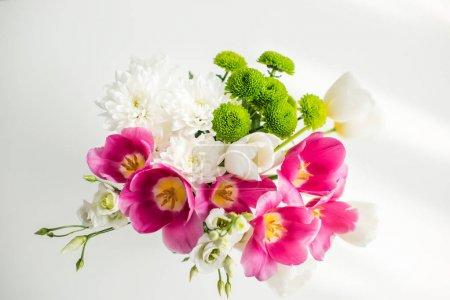 Photo pour Vue de dessus du bouquet de belles tulipes sur table blanche à la cuisine - image libre de droit