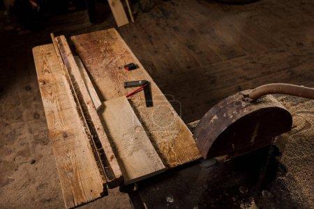 Photo pour Vue de la forte inclinaison de table de travail et de la machine a vu à la scierie - image libre de droit