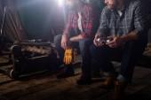 recadrée tir de deux travailleurs munis des gants de protection et googles scierie