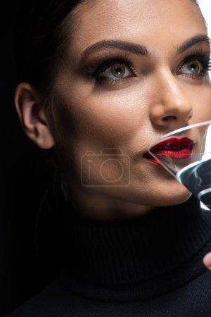Photo pour Vue rapprochée de belle femme élégante avec des lèvres rouges à boire martini - image libre de droit