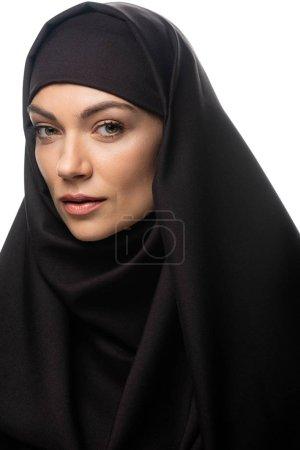Photo pour Belle jeune musulmane en hijab regardant la caméra isolée sur blanc - image libre de droit