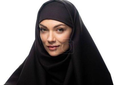 Photo pour Le sourire belle jeune femme musulmane en hijab regarder la caméra isolée sur le blanc - image libre de droit