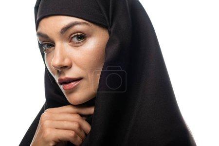 Photo pour Belle jeune musulmane en hijab isolée sur blanc - image libre de droit
