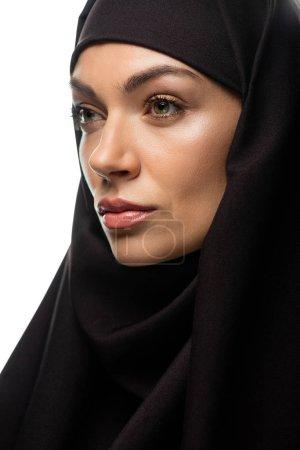 Photo pour Une jeune musulmane séduisante en hijab regardant loin isolée sur - image libre de droit