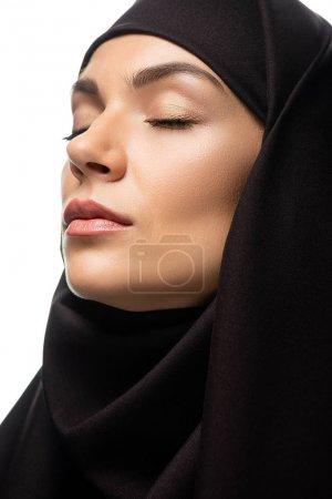 Photo pour Une jeune musulmane séduisante au hijab les yeux fermés isolée sur blanc - image libre de droit