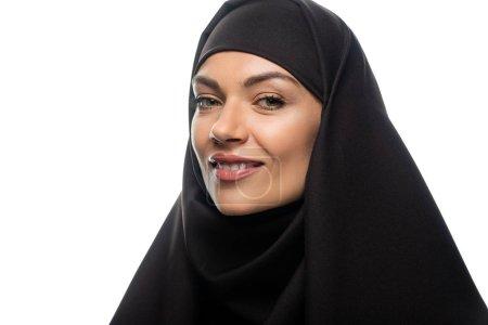 Photo pour Un sourire séduisant jeune femme musulmane en hijab isolée sur blanc - image libre de droit