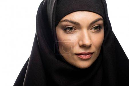 Photo pour Une jeune musulmane séduisante en hijab isolée sur un blanc - image libre de droit