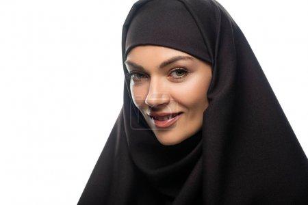 Photo pour Joyeuse jeune musulmane en hijab isolée sur blanc - image libre de droit