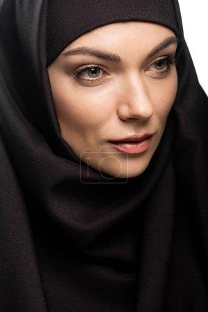 Photo pour Belle jeune femme musulmane en hijab regardant loin isolé sur blanc - image libre de droit