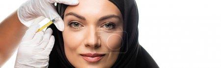 Photo pour Jeune musulmane en hijab ayant une injection de beauté isolée sur blanc, photo panoramique - image libre de droit
