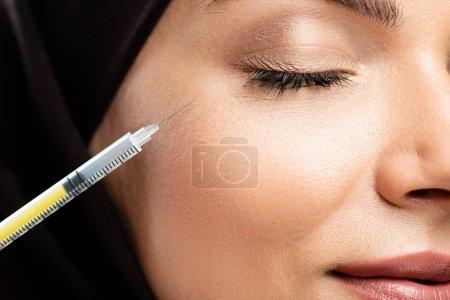 Photo pour Vue de près d'une jeune musulmane en hijab les yeux fermés avec injection de beauté - image libre de droit
